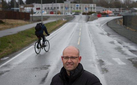 Per Kåre Foss er skeptisk til å åpne Sentrumsvegen igjen og viser til at syklistene da må krysse en trafikkert vei.