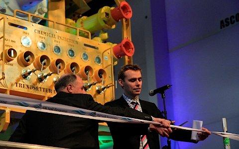 Olje- og energiminister Ola Borten Moe (sp) klippet snoren for utstyret som skal forhindre store utblåsninger i fremtiden.