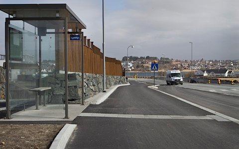 Bussholdeplassen er oppgradert, men når bussrute 9 legges via Jåsund og Myklebust slutter bussen å gå her.