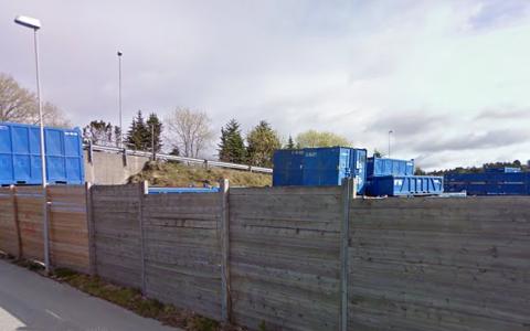 Det er disse containerne som stikker opp over skjermingsgjerdet som beboere i Båtstad er leie av å se på. Rådmannen er enig.