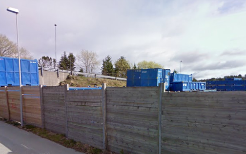 Det er disse containerne som stikker opp over skjermingsgjerdet som beboere i Båtstad er leie av å se på. Nå blir det fylkesmannens oppgave å bestemme om reglene for skjerming av utendørs lagring er overholdt.