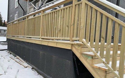 REGELENDRING: Fra mai kan man bygge en terrasse på omtrent denne høyden inntil hus og hytter uten å måtte sende innen byggesøknad til kommunen. Foto: Jørgen Berge (Nettavisen)