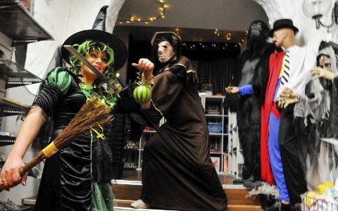 KOSTYMER: Ingen vet hvem som kan dukke opp i Janet Ahmeds kostymebutikk. Her er hun utkledd som heks, mens Adib Hiwa er mannen med sverdet. Foto: Anne Lill W. Aas