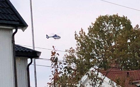 HELIKOPTER: Politiet har satt inn et helikopter i søket etter den savnede 14 år gamle jenta i Kragerø torsdag kveld. Foto: Privat