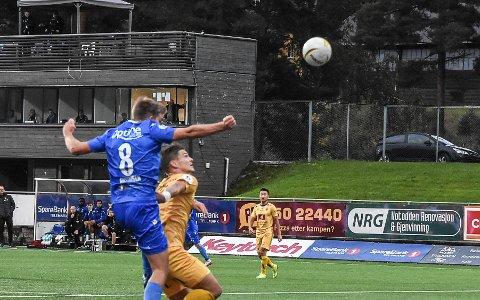 MÅL: Henrik Gustavsen scorer her sitt første mål på hodet i en obligatorisk NFK-kamp. Oppgjøret mot Jerv var hans 154 i NFK.