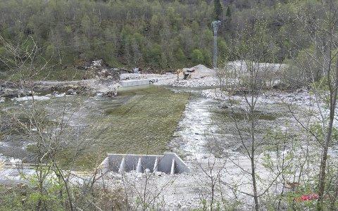 Fiskesperra: På tvers av elveløpet bygger Grytnes Entreprenør AS fiskesperra.