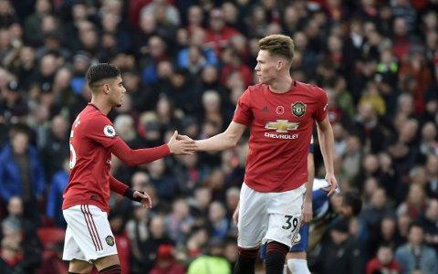 Ungguttene Andreas Pereira og Scott McTominay fikk kranglet inn ett mål hver ved hjelp av Brightons rutinerte midtbanespillere. Her feirer de 1-0-scoringen der Pereiras skudd gikk via Dale Stephens og i mål.