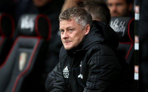 Ole Gunnar Solskjaer følger med på kampen mellom Manchester United og Bournemouth.