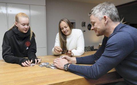 I Manchester: Karna Solskjær, Aurora Mikalsen og Ole Gunnar Solskjær er alle en del av Manchester United. Tidens Krav møtte trioen fra Kristiansund rundt kjøkkenbordet til Solskjær i Manchester sist uke,