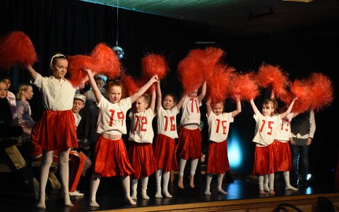 KOSTYMER: Flott sang, dans og skusepill krydres med stilige kostymer i alle scener.