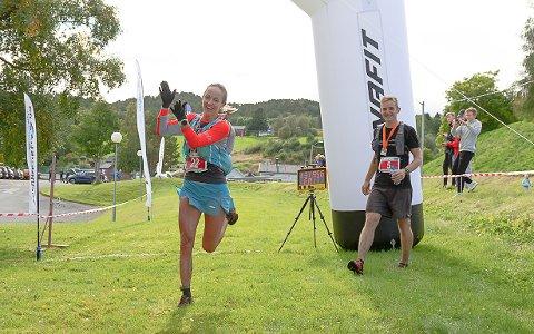 VINNERE: Anita Iversen Lilleskare satte løyperekord på tiden 2:49:54 etter å ha ledet fra start til mål. Vinner av herreklassen, Anders Kjærevik, i bakgrunnen.