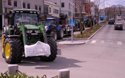 Totalt var det rundt 30 traktorer som deltok i aksjonen i Kristiansund sentrum tirsdag.