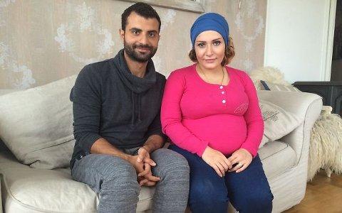 Mohamad al Masalkhi og kona Duaa Mohamad hjemme i stua til Christina Kile på Nøtterøy.
