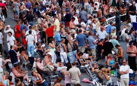 TETT I TETT: Slik blir det uansett ikke under Grand Prix-travet denne sommeren, men det kan bli aktuelt å slippe inn et begrenset antall mennesker.