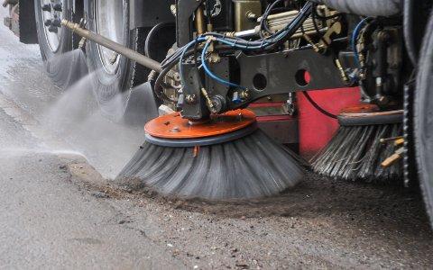 VÅRRENGJØRING: Mange gater og veier i Tønsberg kommune har allerede blitt feiet og spylet for grus.