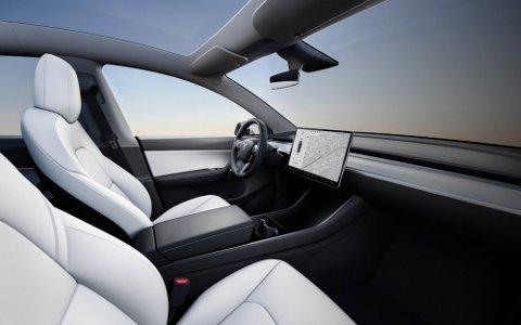 LIK MODEL 3: I likhet med Model 3 blir Model Y en minimalistisk elbil uten et tradisjonelt dashbord. En 15 tommer stor berøringsskjerm viser informasjonen føreren trenger. Foto: Tesla
