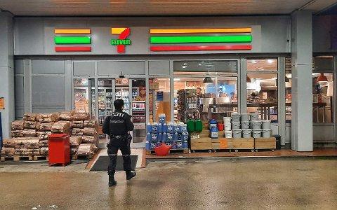 FORSØKT RANET: Politiet etterlyser gjerningsmann etter ransforsøket på denne bensinstasjonen i Sandefjord lørdag kveld.