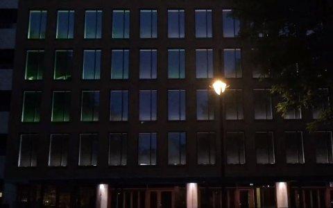 FULL DISCO: Lysshowet på Stasjonen-veggene lyser opp i mørket.