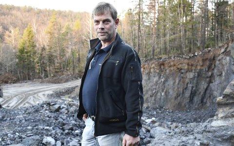 Mjåvann: Grunneier Andre Glastad påpeker at skolen manglet stein til grunnarbeidene, og at steinen uansett måtte hentes fra et sted. Han mener også det er et poeng at området var et anleggsområde før sprengningen startet. Foto: Olav Loftesnes