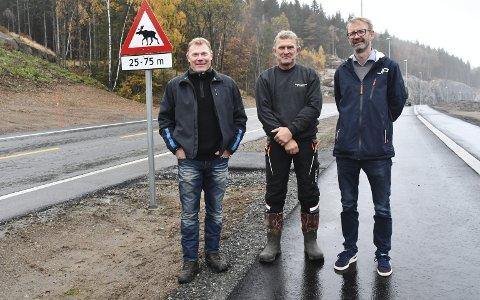 Elgtråkk: Grunneierne Eilev Angelstad og Halvor SKjerkholt med landbrukskonsulent Hans Magnus Sætra ved elgtråkket over fylkesveien mellom Bersmyr og E18. Foto: Olav Loftesnes.