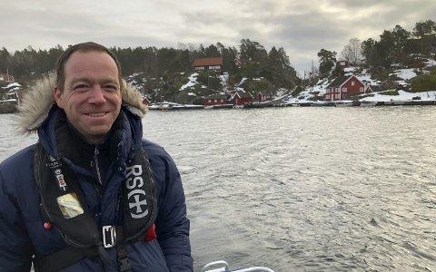 Båtbygger, husbygger og gründer: Eric og familien bor i Haven på Sandøya. Han har bygget det meste av familiens hus selv, og på jobb i 4915 pusser han opp eller bygger trebåter. Han drømmer også om å ta med familien på båttur over Atlanterhavet.   Foto:Siri Fossing