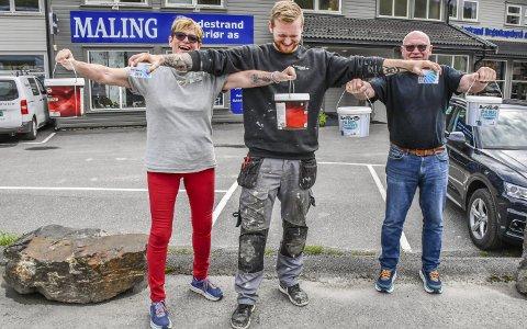 25-årsjubileum: Anne, Martin og Roy Sonesen inviterer kundene på grillmat, gode tilbud og «strongmankonkurranse» i malingspannholding. Den sterkeste kunden vinner et gavekort på 2.500 kroner.Foto: Mette Urdahl