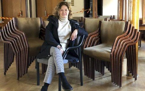 Et stort løft: Det viktigste for Rådhusets venner har vært å tilrettelegge for at alle kan bruke byens storstue gjennom å få på plass en heis. Men de ønsker også å bidra med andre ting, som å tilrettelegge for restaurering av stolene.  Foto: Siri Fossing