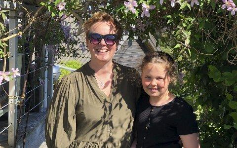 Øyfolk: Siri og Lea (10) bor i et hus i en hage på en øy. Sammen med ektemann og pappa Fredrik.  Lea er også glad i det som vokser og gror, og mamma  har vært smart og plantet frukt og bær rett ved siden av trampolina.  Foto: Siri Fossing