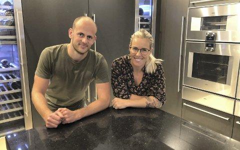 Viderefører tradisjonene: Espen Udjus Frorud (29) og Anita Dalen (31) tar nå i bruk ny teknologi på Vegårshei Trevare AS. Det unike prosjektet har fått 700.000 kroner i utviklingsstøtte av Innovasjon Norge. Foto: Marianne Drivdal