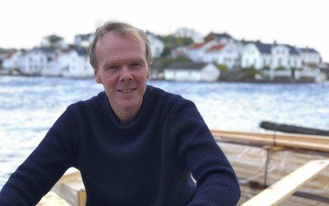 Øymann: Tor Morten bor i Lyngør og er organist i Risør Kirke. Han har diplomutdannelse fra Kongelig Dansk Musikkonservatorium. - Egentlig skulle jeg restaurerer ei bu hjemme nå, men det meste av tiden går med på saken knyttet til Lyngør skole, medgir han. Foto: Siri Fossing