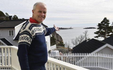 Georg Traheim D.y.: Bor på Gjeving og jobber hos Statsforvalteren i Oslo og VIken. Dermed slipper han kø om morgenen, og kan nyte usikten mot Lyngør fyr og Skagerak fra kontoret. Foto: Olav Loftesnes
