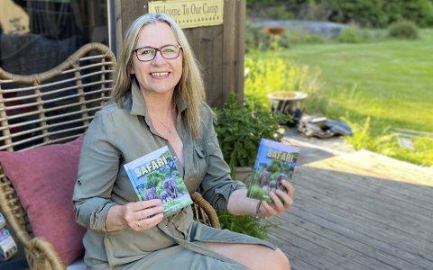 Lykke: Wenche Eimhjellen ble veldig glad da hun fikk bøkene sine inn døra på Vegårshei og kunne ta og holde på dem for første gang. Nå skal det feires, om enn i litt dempet koronastil. Foto: Privat