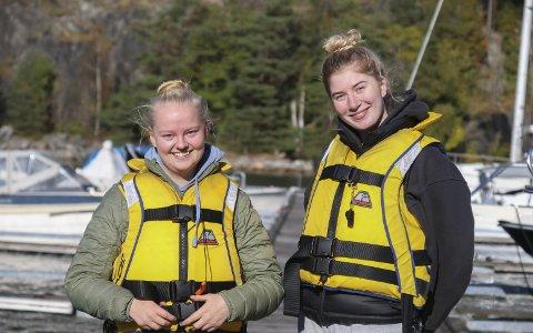 I tet: Oline Nordli (18) og Andrine Goderstad Hirschel Haag (18) ligger allerede på en foreløpig førsteplass i Norgescupen i Offshore, og gleder seg til å ta fatt på den siste NC-runden i helgen på hjemmebane. I tillegg blir det også NM i offshore i Tvedestrand. Og gjett hvem som er den regjerende norgesmesteren i rekruttklassen? Oline! Foto: Marianne Stene