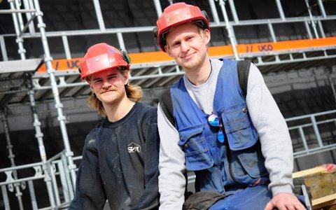 Marius Sætre (t.v) og Henrik Johansen gikk ut av Valdres Videregåande skule med studiekompetanse. Nå er en av de hjelpegutt, mens den andre er lærling i tømrerbransjen.
