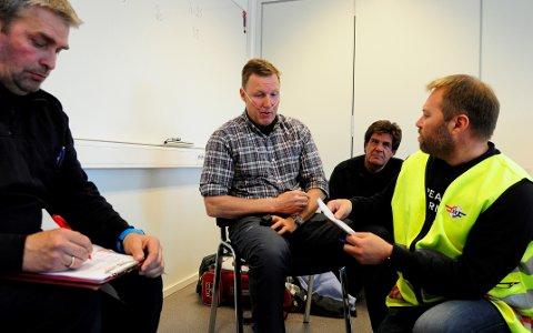 Ole Vidar Størdal (t.v), Tomas Adam, Erik Frenning og Morten Skrinsrud øver på hvordan man skal hjelpe en pasient som har pustevansker. I denne casen er ambulansen 20 minutter unna, og de fremtidige akutthjelperne må gi pasienten (Tomas Adam) hjelp mens de venter på helsepersonell.