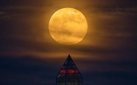 SUPERMÅNE: Supermåne over Washington Monument i USA i 2013. Foto: NASA/Bill Ingalls
