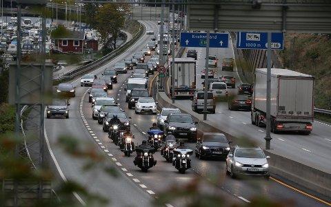 BOMPROTEST: Mange hadde tatt turen for å protestere mot de høy bompengesatsene som er varslet. De kjøre fra Sandvika til Oslo i sneglefart