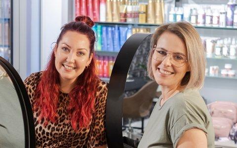 FORTSETTER: Karianne Ensrud Sørvig (t.v.) og Kristín Björk Viðarsdóttir driver Oker frisør videre selv om RAV Kaffebar legges ned.