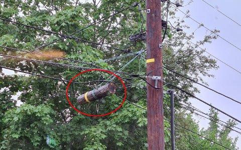 MIDLERTIDIGLØSNING:I stolpen utenfor Nybrent i Stasjonsveien er det mange ledninger å holde styr på.En bit av den gamle stolpen henger igjen.