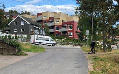 UOVERSIKTLIG:I krysset på Rotnes der Bjertnesveien munner ut i Stasjonsveien kommer det elever og biler i mange retninger.