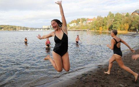 HOPPET I VANNET I SON: Kari Elisabeth Skogen bor på Nesodden og siden hun bodde på Spa hotellet i helgen benyttet  hun anledningen til å hoppe i vannet for kreftsaken.