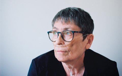 Har ventet lenge: Gro Waaler (59) har ventet i snart to år på nye lunger. Kunstfotografen Birte Magnussen har tatt bilde av Gro Waaler til utstillingen Liv endret som vises på Kulturhuset i Oslo i disse dager.