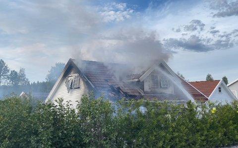 TOTALSKADD: Det var  fredag klokken 19:22 at politiet meldte om at et bolighus i Hølen sto i full fyr.