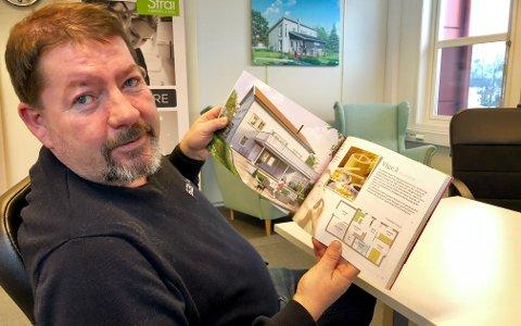 STOR HUSBOK: Avdelingsleder Terje Jensen viser stolt fram Sør Boligs store husbok.