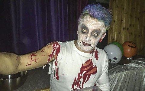 Ikke noe tull: Svein Erik Karlsen i Batmans Joker-skikkelse skremte trolig vannet av flere små halloweenere i gymsalen på Fjellstrand skole.Alle foto: Privat