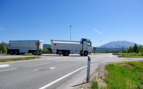 RIKSVEG 3: På den nordre strekningen av riksveg 3 i Hedmark skal de bli minst én ny hvileplass for tungbiler. Bildet er fra Motrøkrysset på Tynset. Årsdøgntrafikken på den nordlige strekningen varierer ifølge Statens vegvesen fra 4.000 til 2.000, andelen tunge kjøretøy er fra 17 til 27 prosent. lenger sør er ÅDT på rundt 12.800 kjreøty, men en tungtrafikkandel på 133 prosent. Foto: Tonje Hovensjø Løkken
