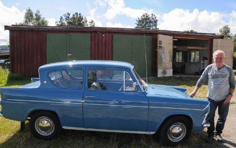 IKONISK BIL: Ivar Hugubakken med sin Ford Anglia 1962-modell som han kjøpte for 15.000 kroner.