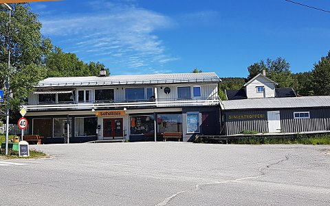 SELGES: Denne eiendommen midt i Folldal sentrum, som nå er et kombinert nærings - og leilighetsbygg, er lagt ut for salg.