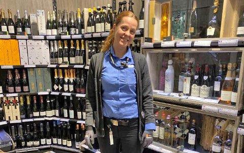 ØKER SALGET: Karina Bøhn Tysnes, butikksjef ved Vinonopolet på Vinterbro senter.