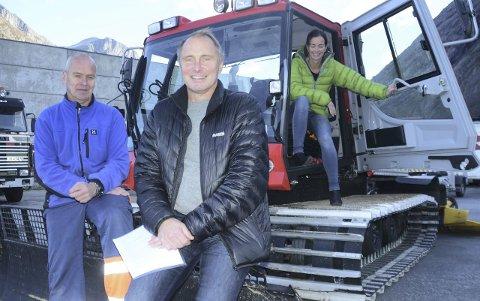 Investerer: Grødalen hytteeierforening, her ved Tore Engen (fv.), Gunnar Furu og Hilde Andersen, har kjøpt tråkkemaskin.